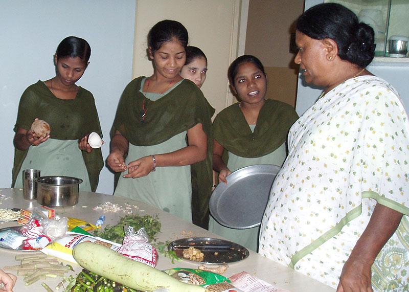 Schwesternschülerinnen beim praktischen Unterricht in der Krankenhausküche
